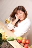 Kvinna med vitt vin Royaltyfri Bild