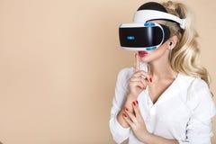 Kvinna med VR-exponeringsglas av virtuell verklighet Ung flicka i faktisk ökad verklighethjälm VR-hörlurar med mikrofon arkivbilder