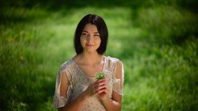 Kvinna med wild blommor stock video
