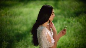 Kvinna med wild blommor arkivfilmer
