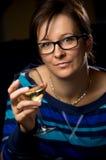 Kvinna med wineexponeringsglas Fotografering för Bildbyråer