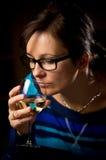 Kvinna med wineexponeringsglas Arkivfoto