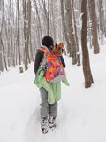 Kvinna med Yorkshire Terrier i snöig skog royaltyfria bilder