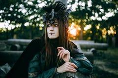 Kvinna-medicinman med horn Arkivfoto