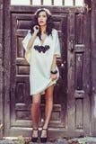 Kvinna modell av mode, bärande vit klänning med lockigt hår arkivfoto