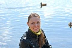 Kvinna mot sjön Arkivfoto