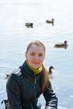 Kvinna mot sjön Royaltyfri Foto
