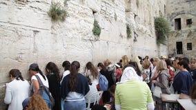 Kvinna nära den att jämra sig väggen i irusalime lager videofilmer