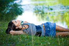 Kvinna nära floden Royaltyfri Fotografi