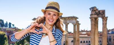 Kvinna nära formade händer för Roman Forum visning hjärta royaltyfria foton