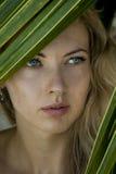 Kvinna nära gömma i handflatan Fotografering för Bildbyråer