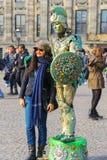 Kvinna nära gataaktören i Amsterdam, Nederländerna Royaltyfri Bild