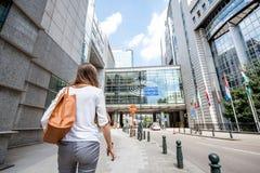 Kvinna nära parlamentbyggnaden i Brussel Royaltyfri Bild