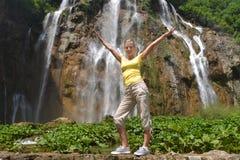 Kvinna nära vattenfall Royaltyfri Foto