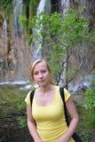 Kvinna nära vattenfall Royaltyfri Bild