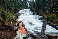 Kvinna nära vattenfall royaltyfria foton