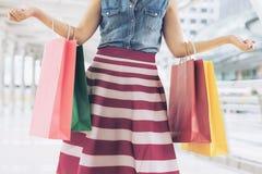 Kvinna, når att ha shoppat och att ha burit pappers- påsar royaltyfria bilder