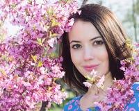 Kvinna near blomstra Sakura Arkivbild