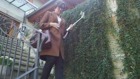Kvinna ner trappan arkivfilmer