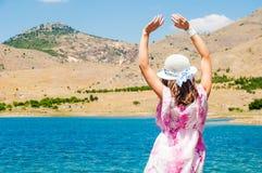Kvinna nära sjön i öken Arkivbilder