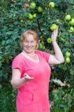 Kvinna- och äppletree Fotografering för Bildbyråer