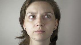 Kvinna- och ögonidrottshallövning stock video