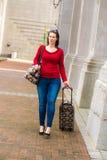 Kvinna och bagage royaltyfri foto