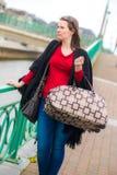 Kvinna och bagage arkivfoton