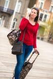 Kvinna och bagage royaltyfri bild