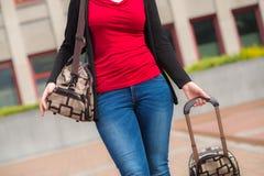 Kvinna och bagage royaltyfria bilder