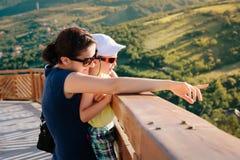 Kvinna och barn fotografering för bildbyråer