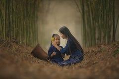 Kvinna och barn arkivbild