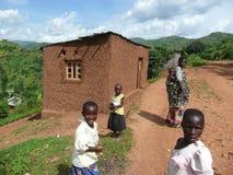 Kvinna och barn på den Burundi vägen Arkivfoto