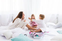Kvinna och barn på säng Arkivbilder