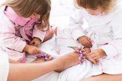 Kvinna och barn på säng Royaltyfri Bild