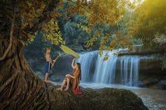 Kvinna och barn som spelar vattnet Royaltyfria Foton