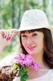 Kvinna och blommor Fotografering för Bildbyråer