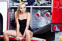 kvinna- och brandlastbil Arkivfoton