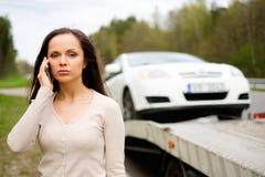 Kvinna och bruten bil på en vägren Royaltyfria Bilder