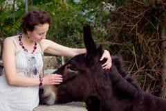 Kvinna och burro Fotografering för Bildbyråer