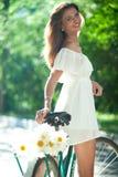 Kvinna och cykel royaltyfri foto