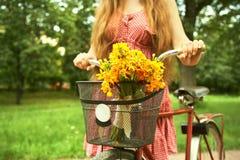 Kvinna och cykel arkivfoto