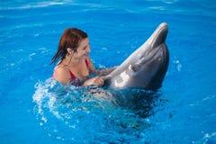 Kvinna och delfin royaltyfria bilder