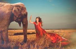 Kvinna och elefant Arkivfoto