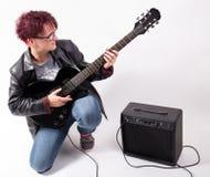 Kvinna och elektrisk gitarr Fotografering för Bildbyråer
