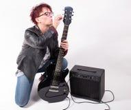 Kvinna och elektrisk gitarr Arkivbild