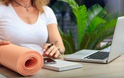 Kvinna och en övning som är matt i en kontorsbakgrund Arkivbilder