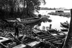 Kvinna och fartyg i Vietnam Royaltyfri Bild