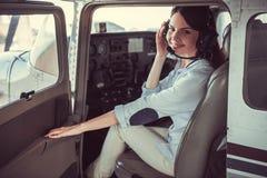 Kvinna och flygplan royaltyfri bild