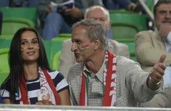 Kvinna och gamla fotbollsfan Royaltyfri Foto